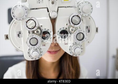 Jeune femme faisant l'essai d'oeil Banque D'Images