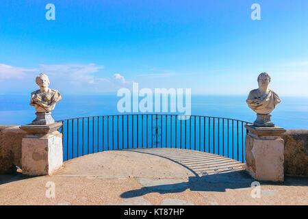 Sculptures à la terrasse dans le village de Ravello, en mer Tyrrhénienne côte d'Amalfi, Italie Banque D'Images