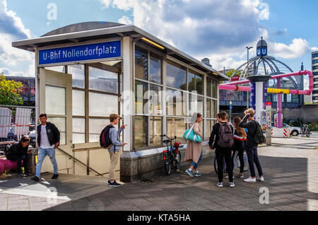 Nollendorfplatz Berlin Schöneberg,U-Bahn,gare,entrée privée avec des adolescents.Partie de Berlin BVG du réseau Banque D'Images