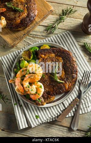 Maison Gourmet Steak et de crevettes Surf n Turf Banque D'Images