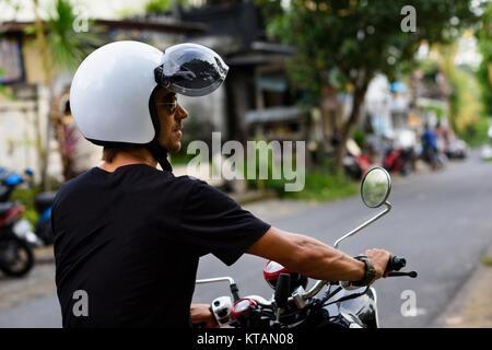 Voyageur sur une moto sur la route. Jeune homme moto sur un tour exotique voyage. Copyspace pour le texte. Banque D'Images