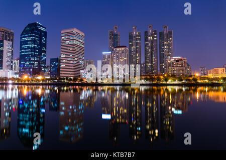 Benchakitti Park à Bangkok city at night Banque D'Images