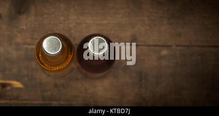 Deux bouteilles de jus de pomme sur une vieille grange rustique bois background, selective focus d'en haut Banque D'Images