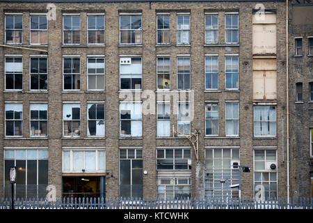 Un bâtiment abandonné dans un centre urbain. Banque D'Images