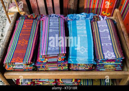 Tissé tissu traditionnel tais foulards à Dili, Timor Leste de l'est marché de souvenirs Banque D'Images