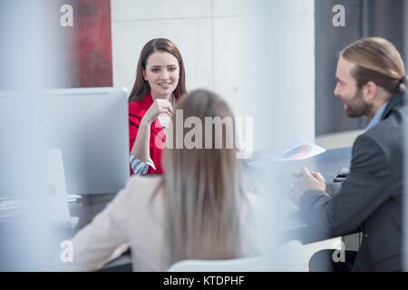 Les collègues ayant une réunion in office Banque D'Images