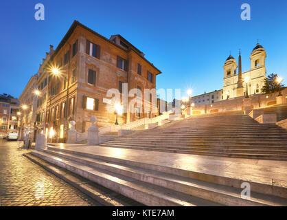 Escalier monumental d'Espagne et et église de la Trinité-des-Monts, soir vue de la Piazza di Spagna à Rome, Italie Banque D'Images