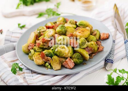 Les choux de Bruxelles. Choux de Bruxelles aux lardons grillés. Délicieux déjeuner.