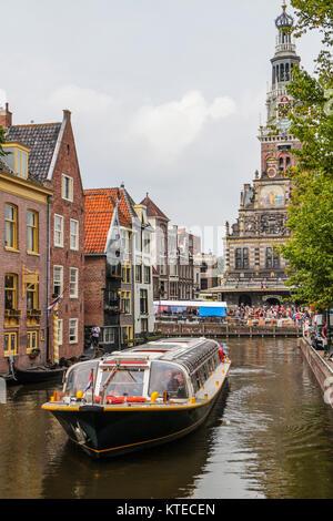Bateau à Zijdam gracht en face de la Waag (peser) bâtiment avec tour, Alkmaar, Pays-Bas