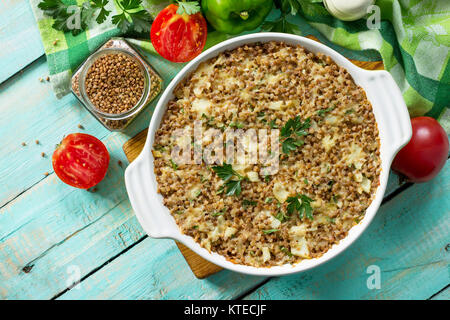 Casserole de poisson au sarrasin et divers légumes verts et sur une table en bois de cuisine. Mise à plat, vue du Banque D'Images