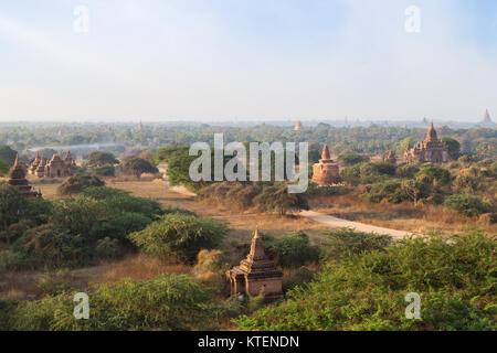 Vue panoramique sur de nombreux temples et pagodes de l'ancienne plaine de Bagan au Myanmar (Birmanie), dans la Banque D'Images