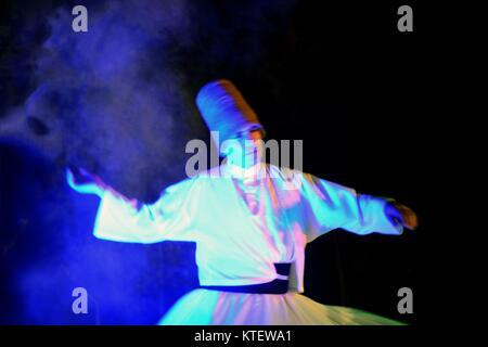Avril 21,2013 ISTANBUL.tournoiement Soufi (turc: Semazen) est une forme de méditation active physiquement ou Sama qui trouve son origine chez les soufis.