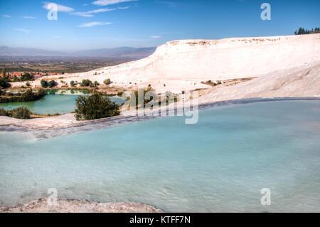Beau paysage de la piscines et terrasses en travertin à Pamukkale en Turquie Banque D'Images