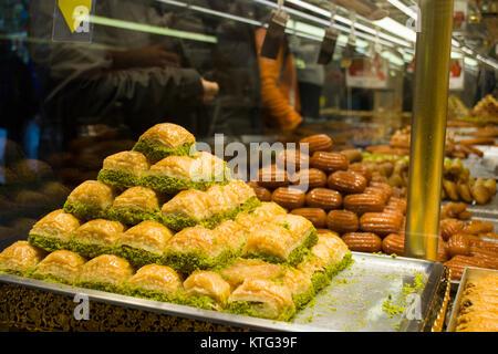 Baklava pâtisseries dessert dessert turc traditionnel; vendus sur le marché Banque D'Images