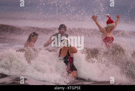 La King Edward's Bay nageurs profitez d'un jour de Noël à profiter de l'aube, à King Edward's Bay, Newcastle. Banque D'Images