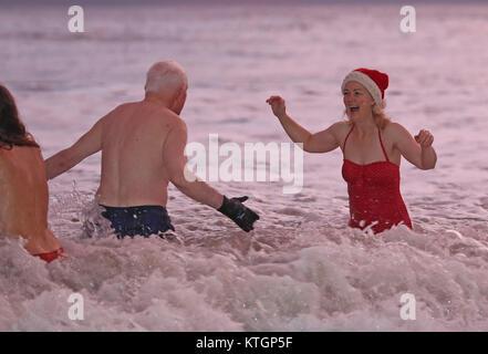 Kerri Elston Doherty (à droite) de la King Edward's Bay nageurs profitez d'un jour de Noël à profiter de l'aube, Banque D'Images
