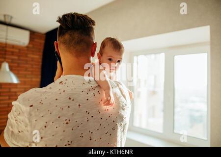 Jeune père tenant son fils nouveau-né Banque D'Images