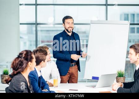 Directeur de l'entreprise avoir réunion d'affaires avec son personnel Banque D'Images