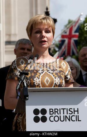 Elena Gagarina, fille du cosmonaute. Une statue de Youri Gagarine, le premier homme dans l'espace, a été dévoilé aujourd'hui à l'extérieur du British Council's London AC dans le Mall pour marquer le 50e anniversaire du premier vol spatial habité. Aujourd'hui, 14 juillet 2011, il est exactement 50 ans jour pour jour que Gagarine a rencontré la reine dans le cadre de sa visite au Royaume-Uni en 1961. Le dévoilement de la statue a été réalisée par le cosmonaute Elena Gagarina, fille du directeur de la maintenant des musées du Kremlin de Moscou et SAR le Prince Michael de Kent.