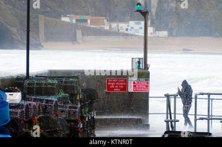 Newquay, Royaume-Uni. Dec 27, 2017. Météo britannique. Folk chassés et piégés par fort vent vagues sur le mur du Banque D'Images