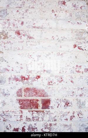 Ancien, peint mur de brique rouge pour le fond Banque D'Images