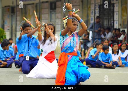 Les filles d'effectuer des exercices ou Lazim forer en date de l'indépendance à Pune, Maharashtra Banque D'Images