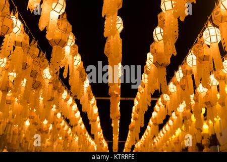 Thai lanterne suspendue de Yi Peng la nuit pendant le nord de la Thaïlande Loy Krathong Festival, le voyage Banque D'Images