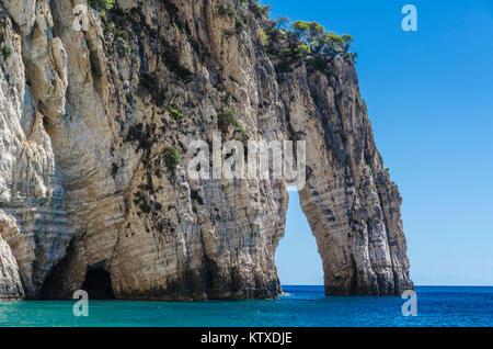 Vue panoramique de récifs et leur formation avec des variations de couleurs de l'eau à l'approche des rochers sur Banque D'Images