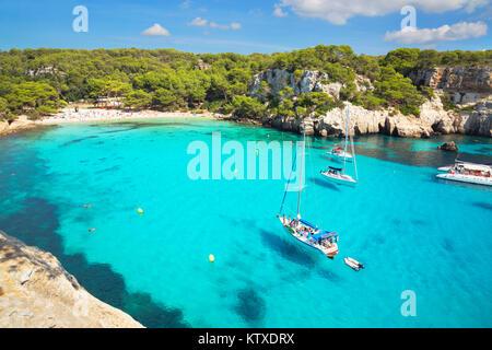Vue sur Cala Macarella et voiliers, Minorque, Iles Baléares, Espagne, Méditerranée, Europe Banque D'Images