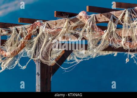Ancienne dentelle accroché sur la construction en bois à la journée ensoleillée près de la mer. Banque D'Images