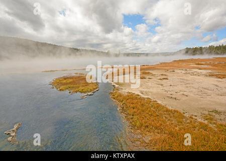 Tôt le matin, un bain à vapeur et de la Brume sur un enchevêtrement Creek dans le Parc National de Yellowstone dans Banque D'Images