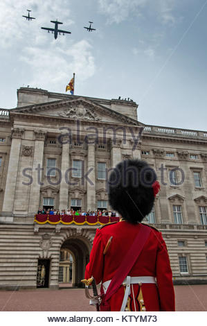 Le sergent-major de garnison London District montres un hercule flanquée de deux airs roi formant le passage aérien Banque D'Images