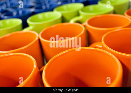 Tasses en céramique et de boules de différentes couleurs dans le magasin sur le comptoir, se tenir dans une ligne Banque D'Images