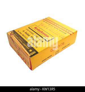 Boîte jaune pour Kodak Kodachrome 8mm film film couleur, fabriqué par la société Eastman Kodak, isolé sur fond blanc, Banque D'Images