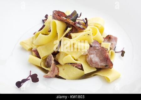 Les pâtes à la carbonara avec du bacon sur fond blanc Banque D'Images