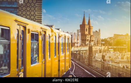 Berliner U-Bahn avec célèbre Oberbaum Bridge en arrière-plan dans la belle lumière du soir au coucher du soleil Banque D'Images