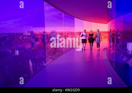 Les visiteurs apprécient le panorama de l'Arc-musée d'Art Aros à Aarhus. Le musée est le deuxième plus visité au Banque D'Images