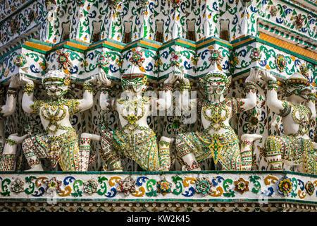 Détail de statues, Wat Arun, Temple de l'aube, Bangkok, Thaïlande. Banque D'Images