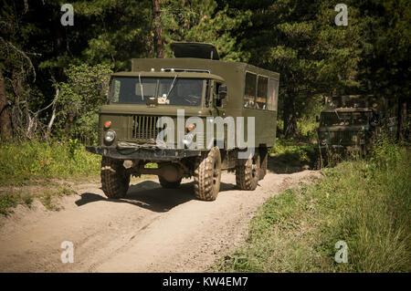 Camion lourd puissant véhicule tout terrain avec roues off-road pour surmonter les obstacles en terrain difficile. Banque D'Images