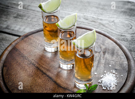 Verres de tequila sur la planche de bois Banque D'Images