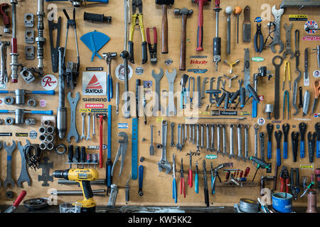 Les outils d'un magasin de bicyclettes tout organisé. Banque D'Images
