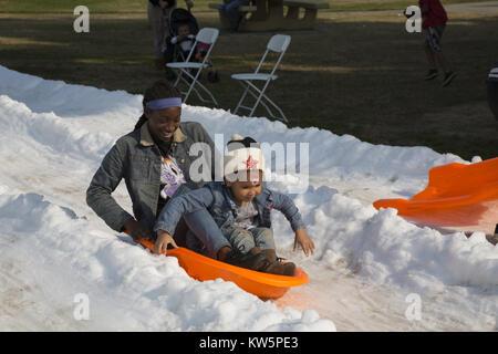 Les enfants de traîneau sur la neige par camion sur-en à Drake Park à Long Beach, CA, USA Banque D'Images