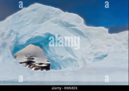 Arche naturelle taillée dans un iceberg, le son de l'Antarctique, Péninsule Antarctique Banque D'Images