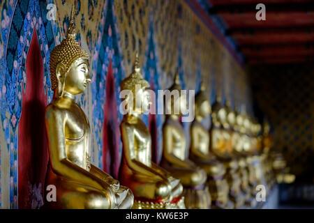 Bangkok, Thaïlande - le 29 octobre 2017 Ligne de statues de Bouddha en or long couloir au Wat Arun temple. Banque D'Images