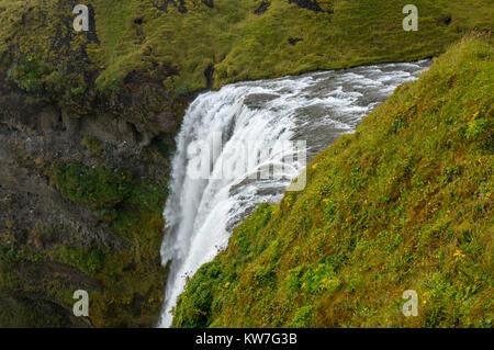 Vue de dessus de Skogafoss, l'un des plus puissants cascade dans le sud de l'Islande Banque D'Images