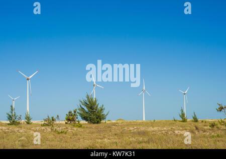 Grand concept des énergies renouvelables, l'énergie durable. Avec champ de vent Éoliennes, produisant de l'énergie Banque D'Images
