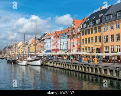 Nyhavn, un quartier du port du 17ème siècle dans le centre de Copenhague et en ce moment un front populaire attraction touristique et de divertissement.
