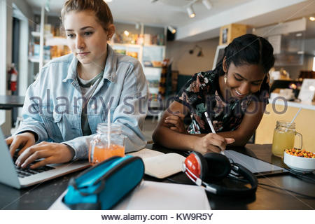 High school girl students,using laptop in cafe Banque D'Images
