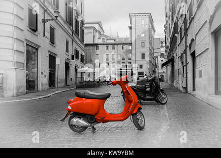 Petite moto rouge sur rue romaine, Italie Banque D'Images