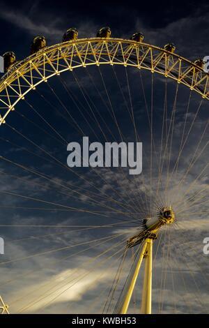 Le London Eye, grande roue d'observation en porte-à-faux géant dans la lumière dorée du coucher du soleil. Southbank, Banque D'Images
